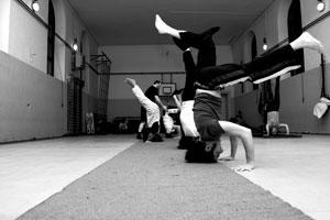 acrobatica-tre-piedi1